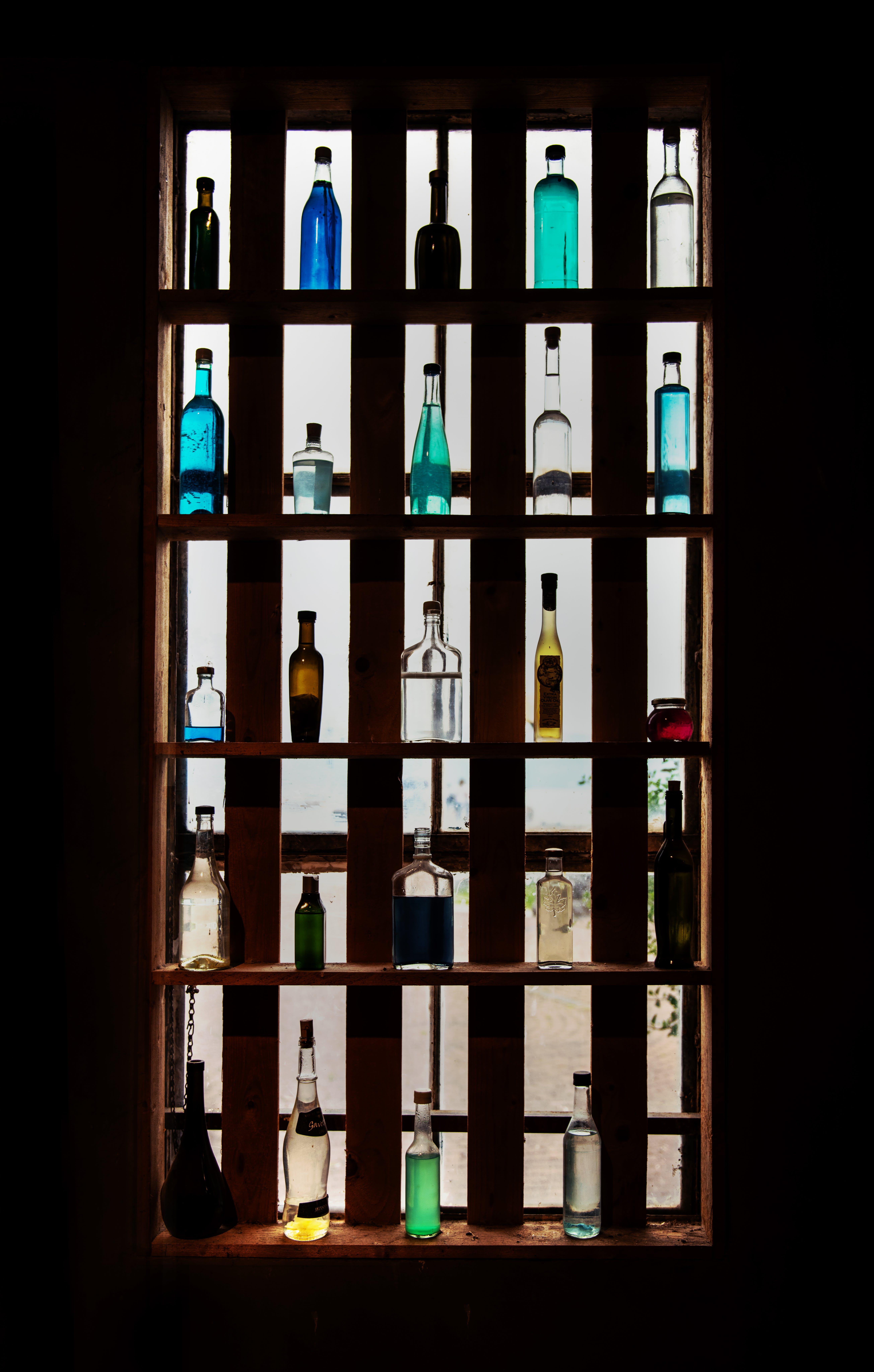 Gratis lagerfoto af flasker, glasting, hylder, lys