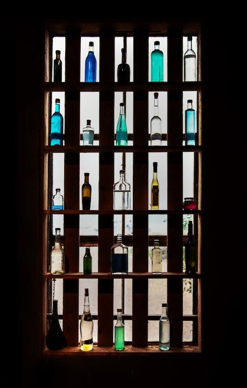 Fotobanka sbezplatnými fotkami na tému fľaše, ľahký, police, sklenené predmety