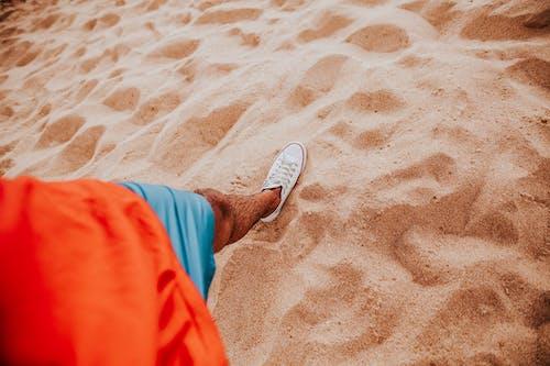 Foto d'estoc gratuïta de calçat, de sorra, peu, platja