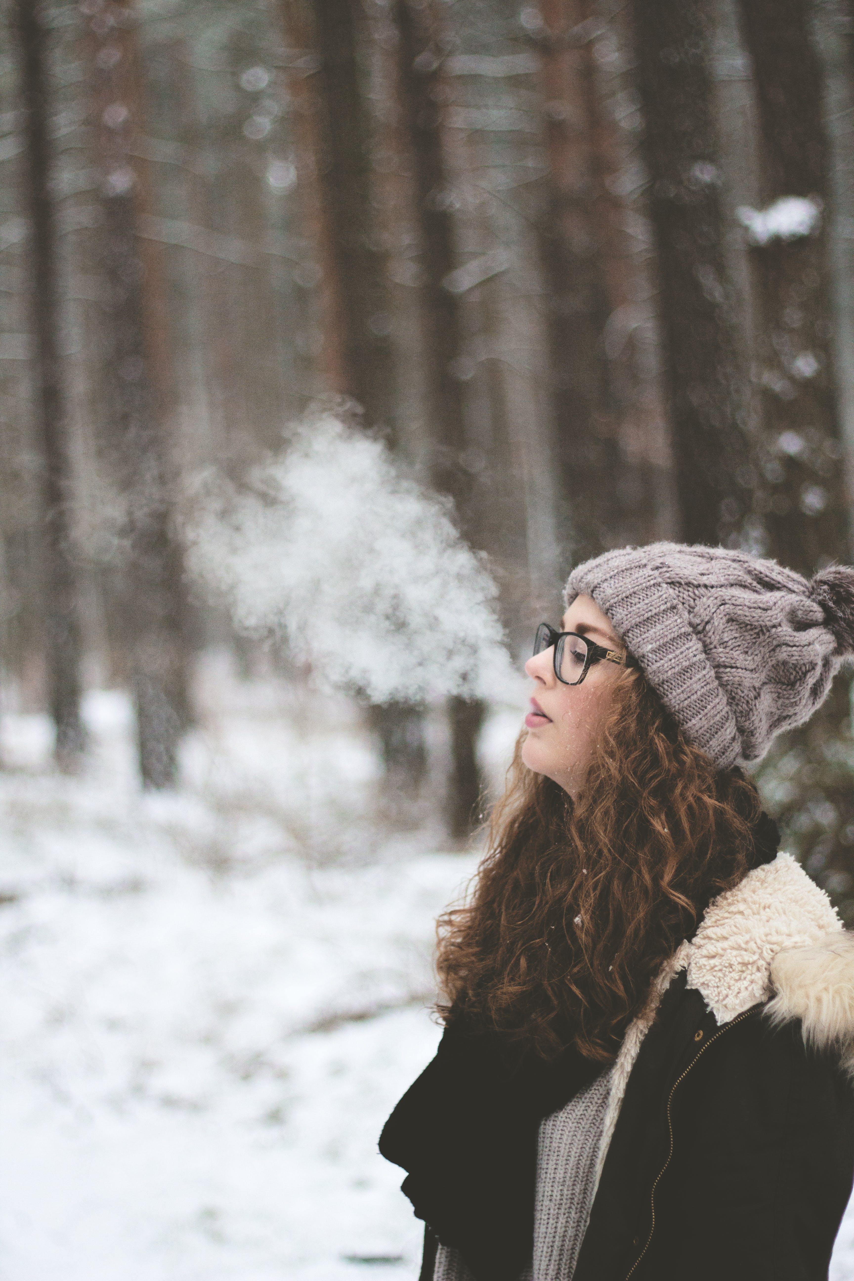 Základová fotografie zdarma na téma brýle, čepka, cigareta, denní světlo