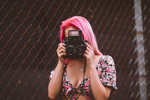 Photos gratuites de appareil photo, femme, individu, modèle