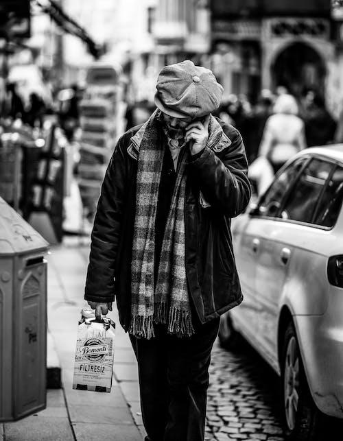 Darmowe zdjęcie z galerii z chodzenie, chodzić, czarno-biały, mężczyzna