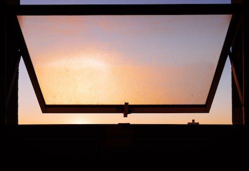 Fotobanka sbezplatnými fotkami na tému okno, šero, silueta, svitanie