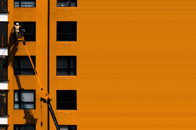 Základová fotografie zdarma na téma architektura, budova, dělník, okna