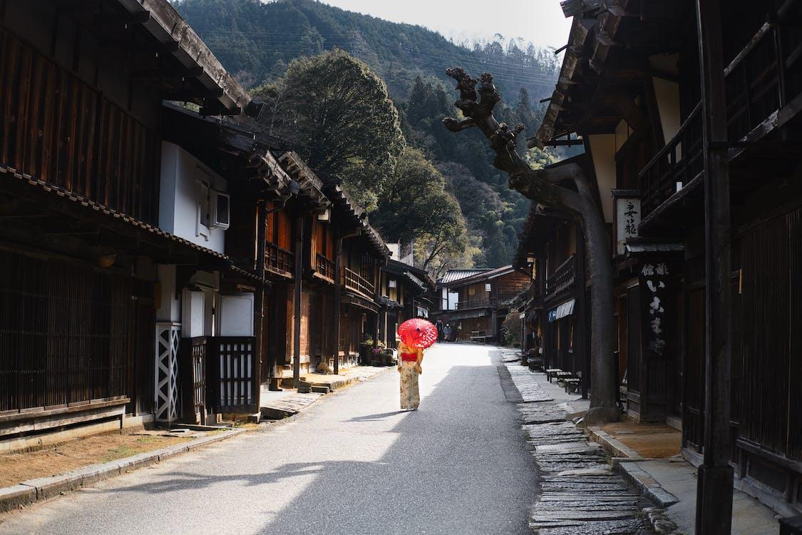 Vrouw Onder Paraplu Lopen Door De Straat