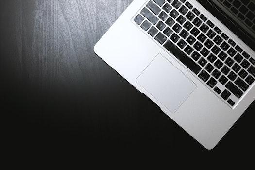 Kostenloses Stock Foto zu schreibtisch, laptop, internet, technologie