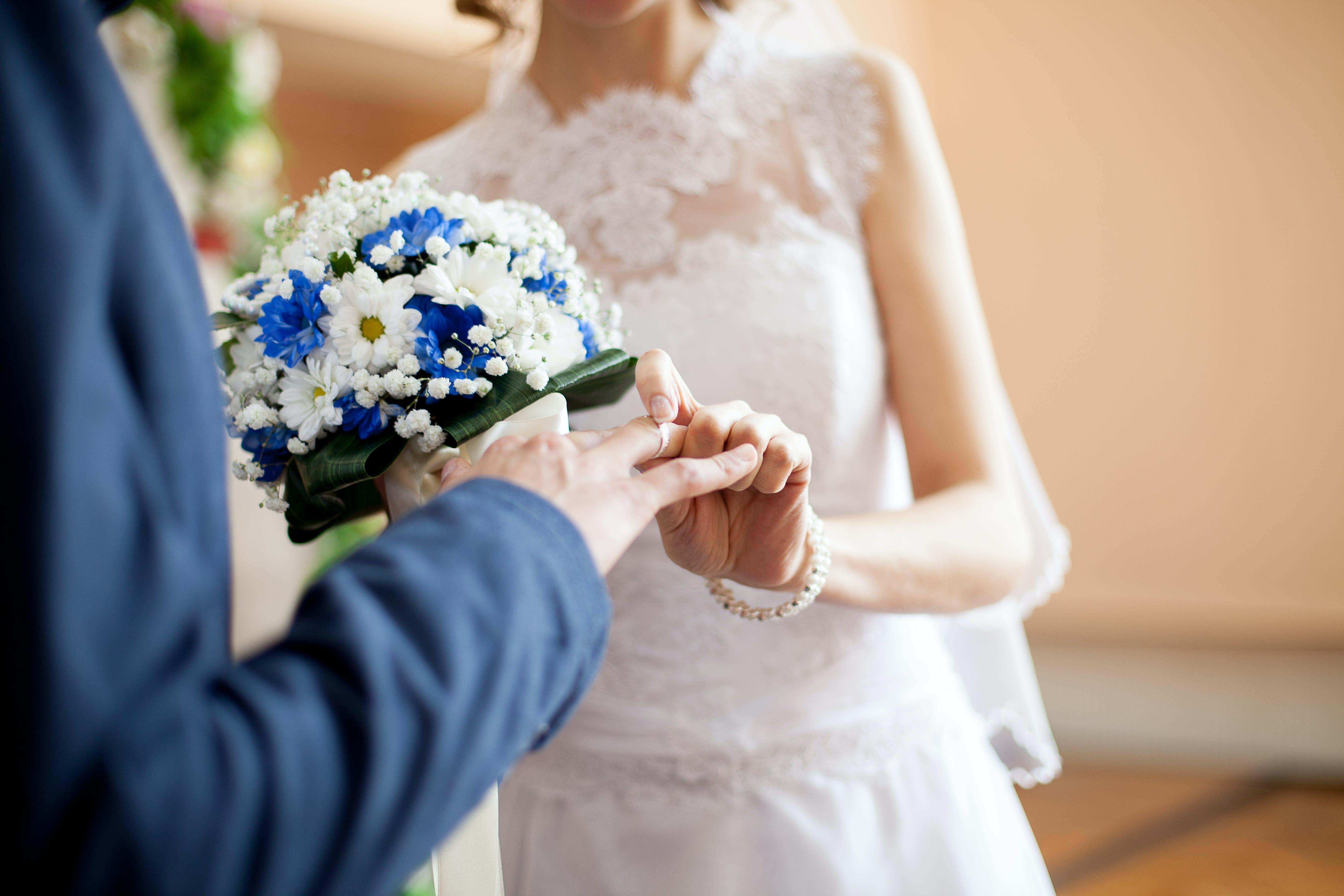 Kostenloses Stock Foto zu blumen, blumenstrauß, braut und bräutigam, bräutigam