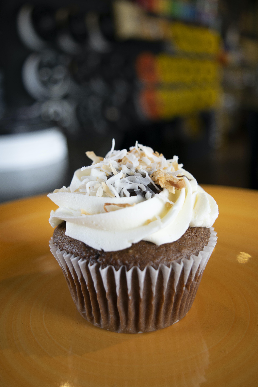 Immagine gratuita di cioccolato, concentrarsi, cotto in forno, cupcake