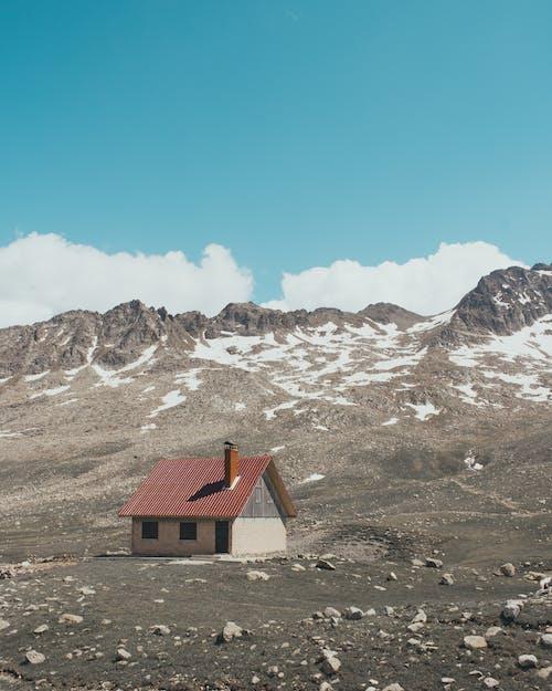 山附近的白色和棕色的房子