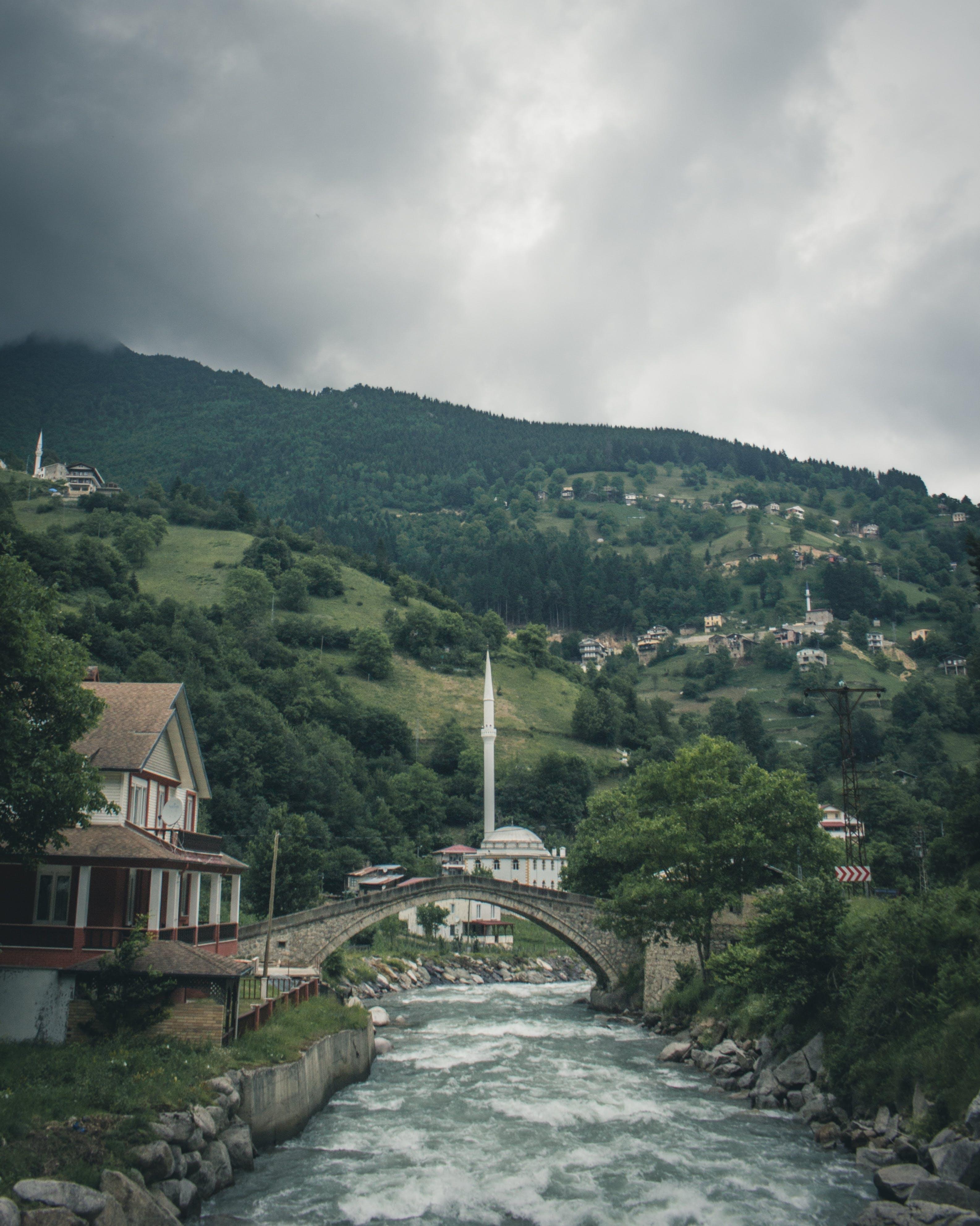 Ilmainen kuvapankkikuva tunnisteilla joki, kaupunki, mäki, silta