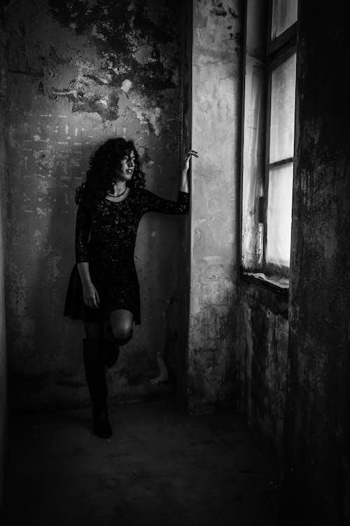 Základová fotografie zdarma na téma černobílá, jednobarevný, model, na výšku