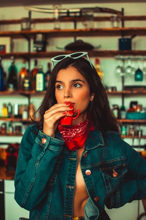 Darmowe zdjęcie z galerii z drink, kobieta, kubek, moda