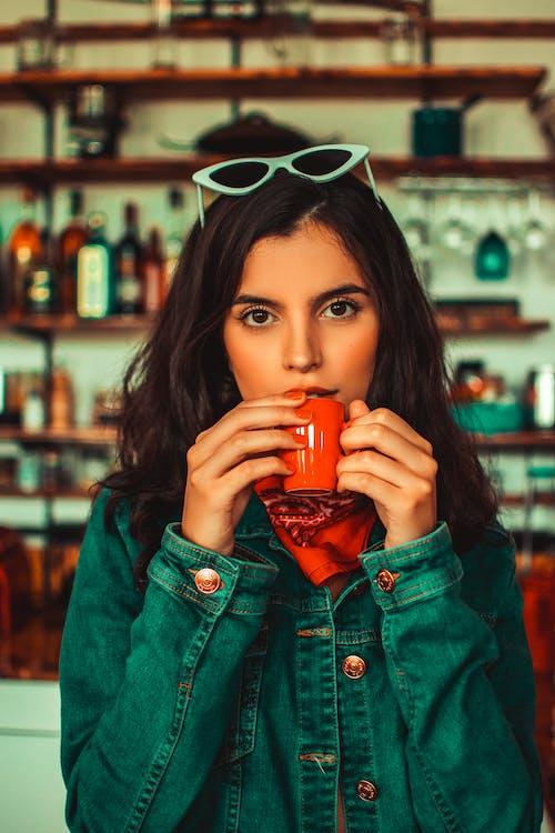 Darmowe zdjęcie z galerii z drink, kawa, kawiarnia, kobieta