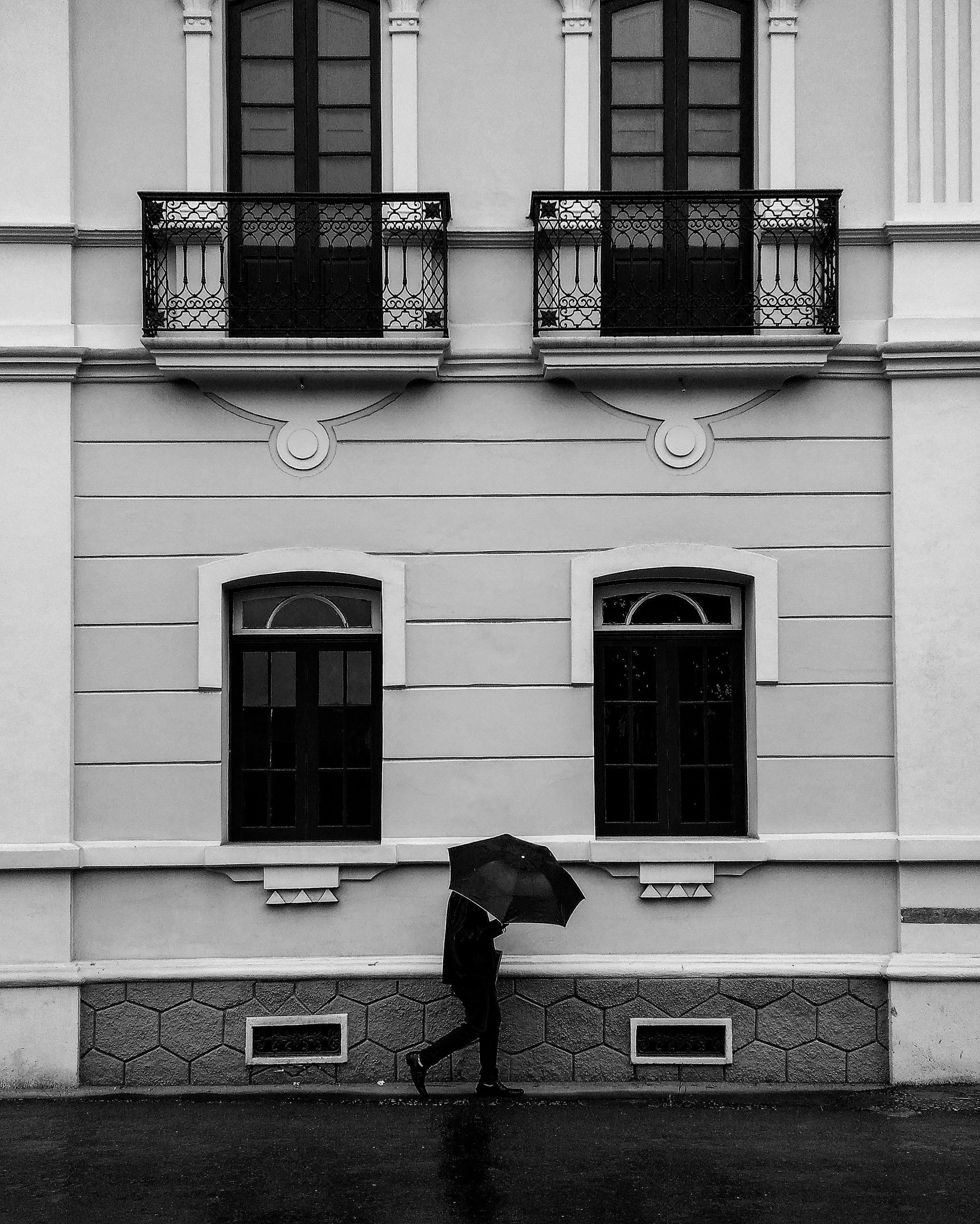 Kostenloses Stock Foto zu architektur, balkone, fenster, schwarz und weiß