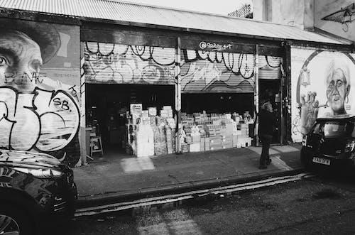 Δωρεάν στοκ φωτογραφιών με ασπρόμαυρο, γκράφιτι, δρόμος, κατάστημα