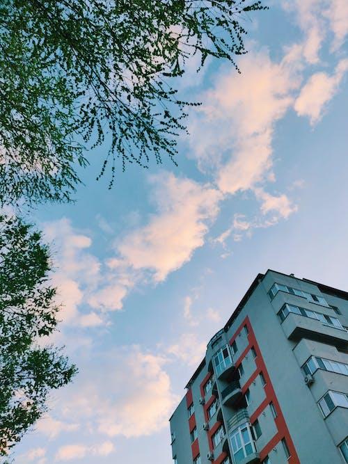 Foto stok gratis Arsitektur, Arsitektur modern, awan, baja