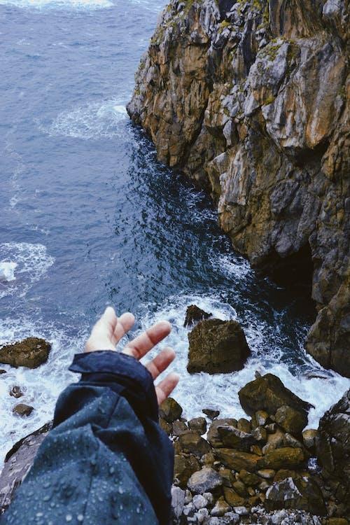 Darmowe zdjęcie z galerii z morze, ocean, ręka, skały