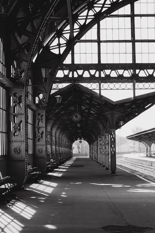 Foto d'estoc gratuïta de andana de tren, arquitectura, blanc i negre, carrils