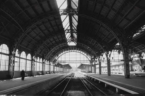 Foto d'estoc gratuïta de arquitectura, blanc i negre, edifici, estació