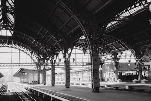 Foto d'estoc gratuïta de arquitectura, blanc i negre, edifici, estació de ferrocarril