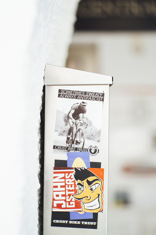 Základová fotografie zdarma na téma bouřková lampa, čepice, cyklista, detailní záběr