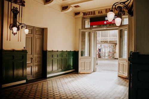 Foto d'estoc gratuïta de arquitectura, entrada, passadís, porta