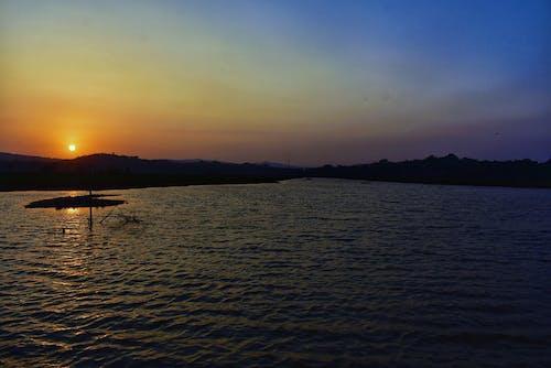 Foto stok gratis langit biru, matahari terbenam, sungai