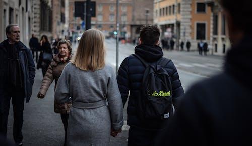 Základová fotografie zdarma na téma budovy, dospělý, dvojice, jdoucí pár