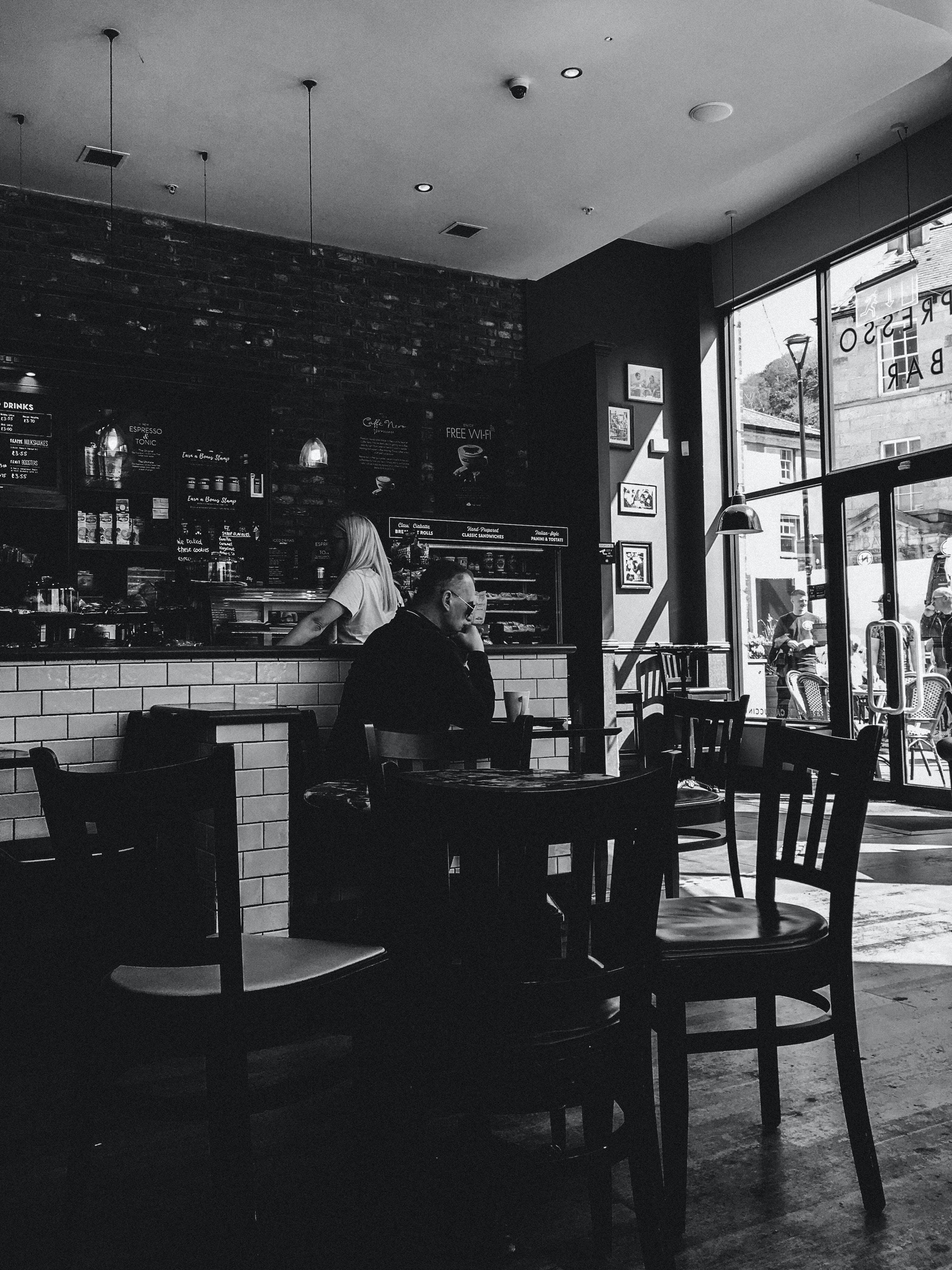 Základová fotografie zdarma na téma bar, černobílá, doma, dospělý