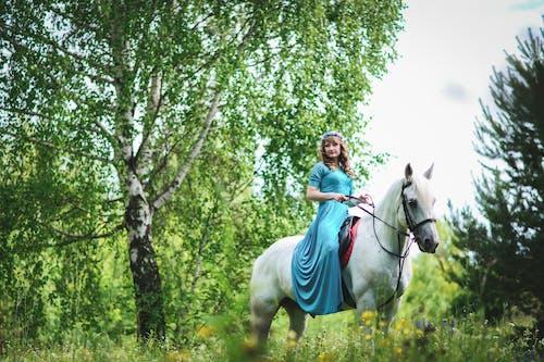 Kostnadsfri bild av flicka, gräs, häst, kvinna