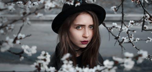 Základová fotografie zdarma na téma atraktivní, flóra, holka, klobouk