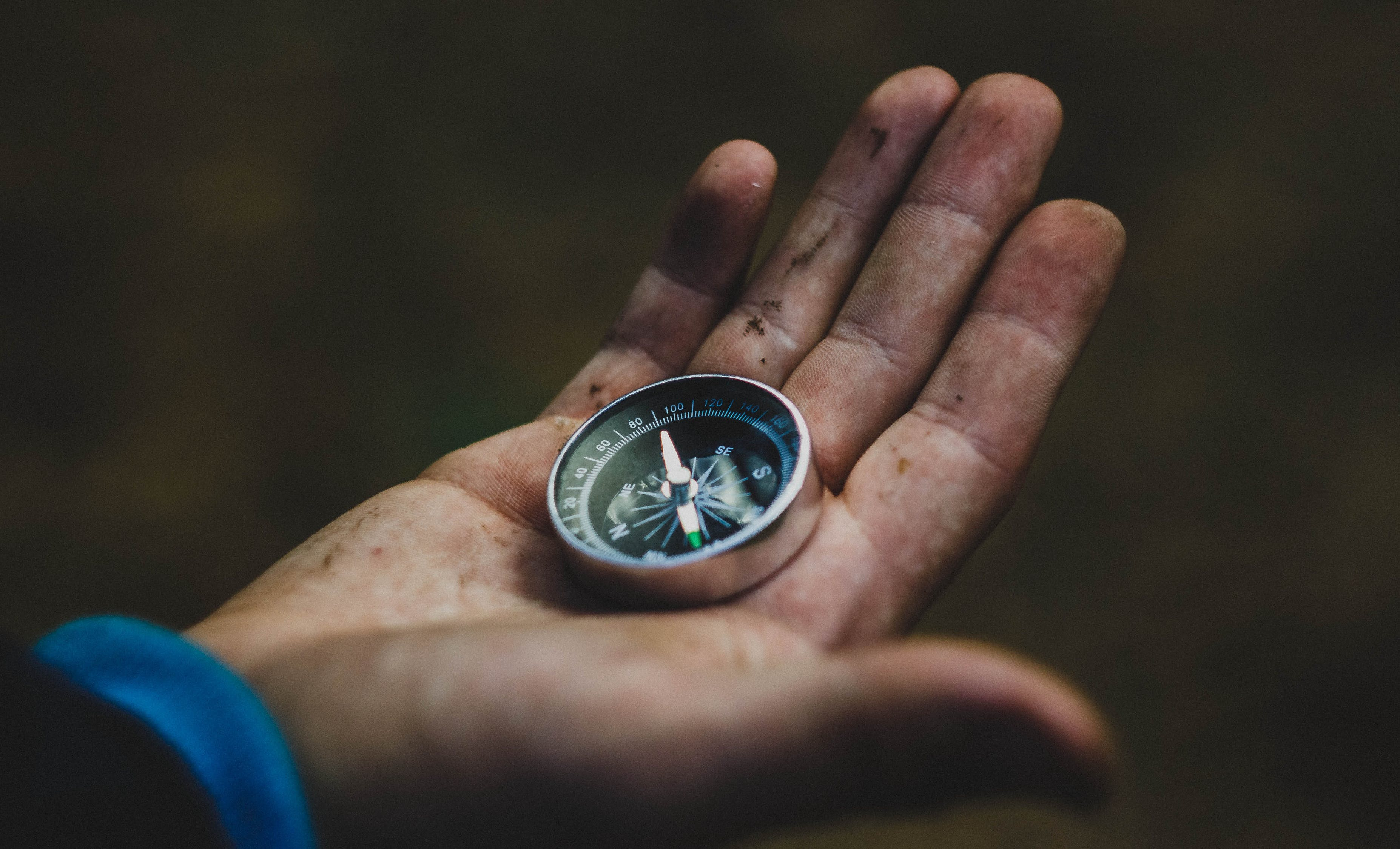 Orang Yang Memegang Kompas Abu Abu Dan Hitam