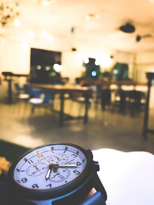 Gratis arkivbilde med blå, gul, klokke, kontor