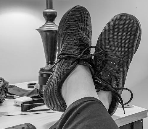 Gratis arkivbilde med avslapping, kontor, sko, skrivebord