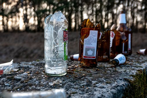 Kostnadsfri bild av krossat glas, ölflaskor, trasig flaska
