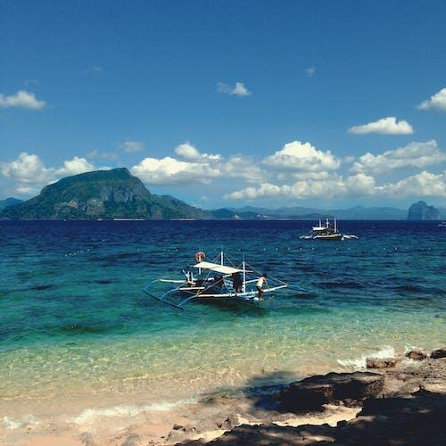 Foto d'estoc gratuïta de aigua blava, barca, barca de pesca, cels blaus