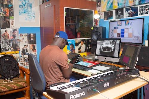 Darmowe zdjęcie z galerii z biurko, biuro, czarnoskóry, ekran