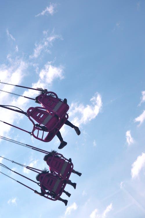 Безкоштовне стокове фото на тему «блакитне небо, карусель, карусель літати, літати»