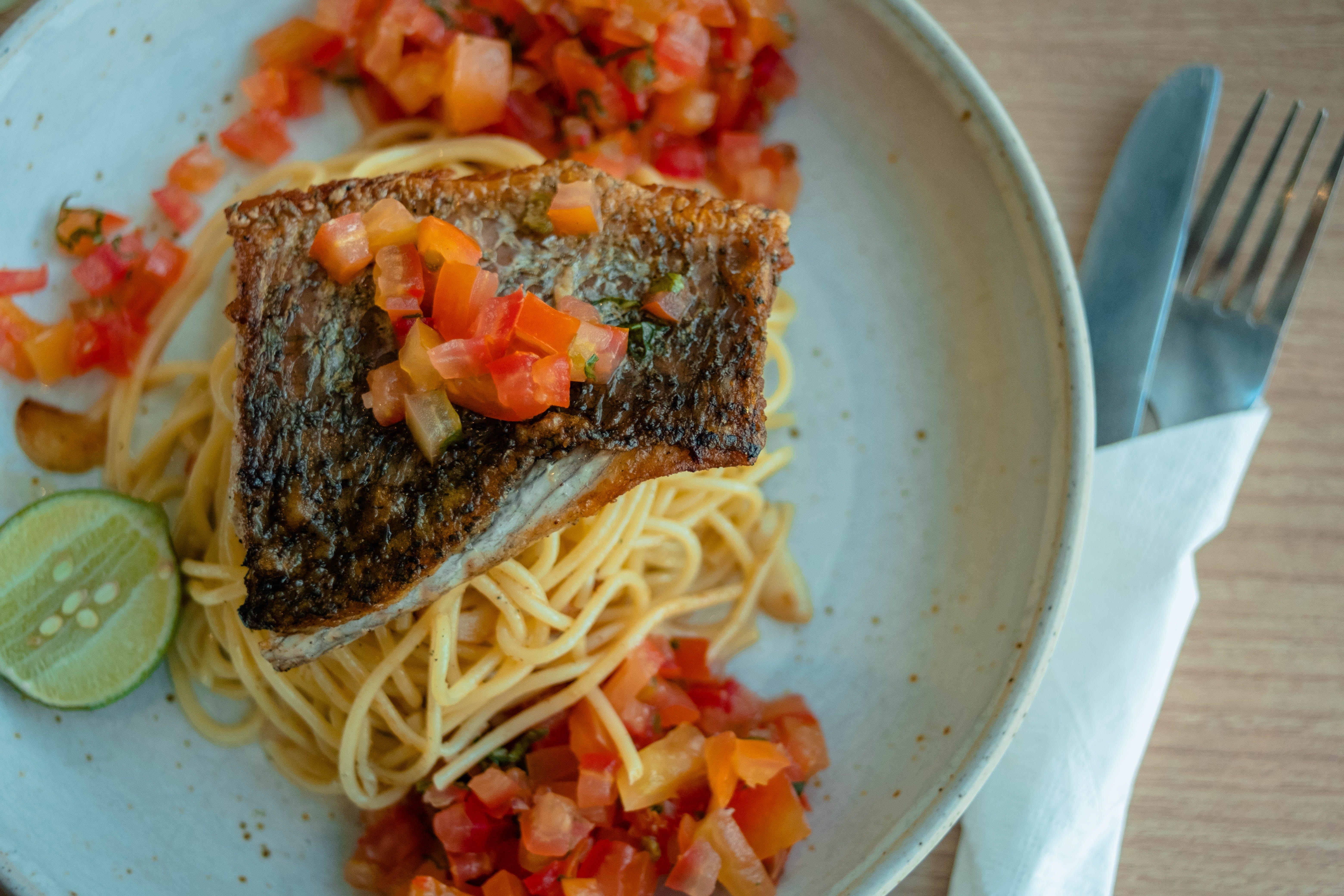 Foto profissional grátis de alimento, espaguete, lima, tomates