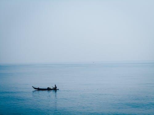 Ilmainen kuvapankkikuva tunnisteilla kalastusalus, maisemat, mies meressä, sininen tausta