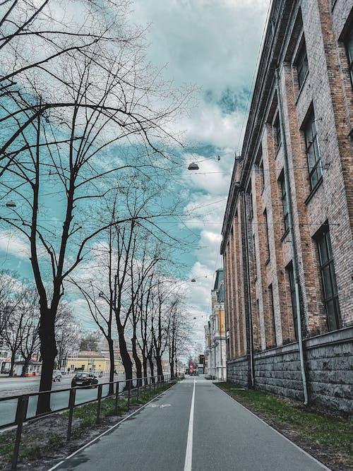 Darmowe zdjęcie z galerii z błękitne niebo, chmury, chodzenie, detal architektoniczny