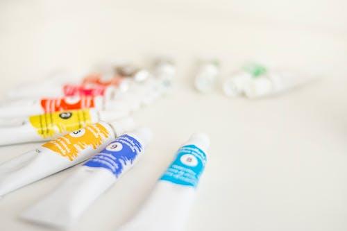 boya tüpleri, boyalar, bulanıklık, fluluk içeren Ücretsiz stok fotoğraf