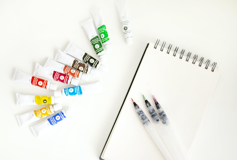 Foto d'estoc gratuïta de aquarel·les, bolígrafs, colorit, colors