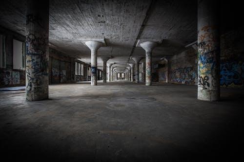 Fotos de stock gratuitas de abandonado, adentro, arquitectura, columnas
