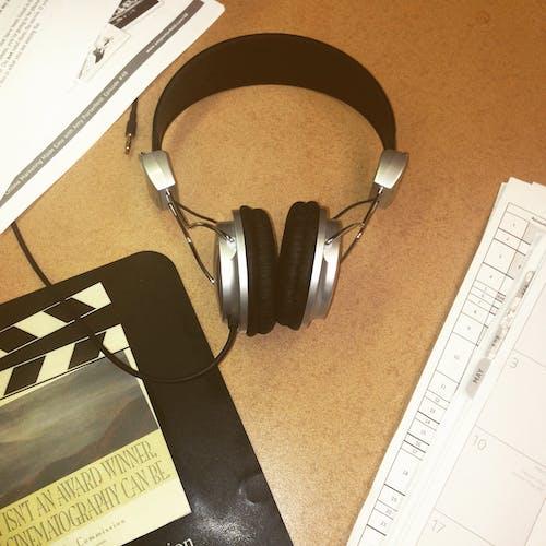 Foto profissional grátis de acessórios, área de trabalho, balcão, fones de ouvido