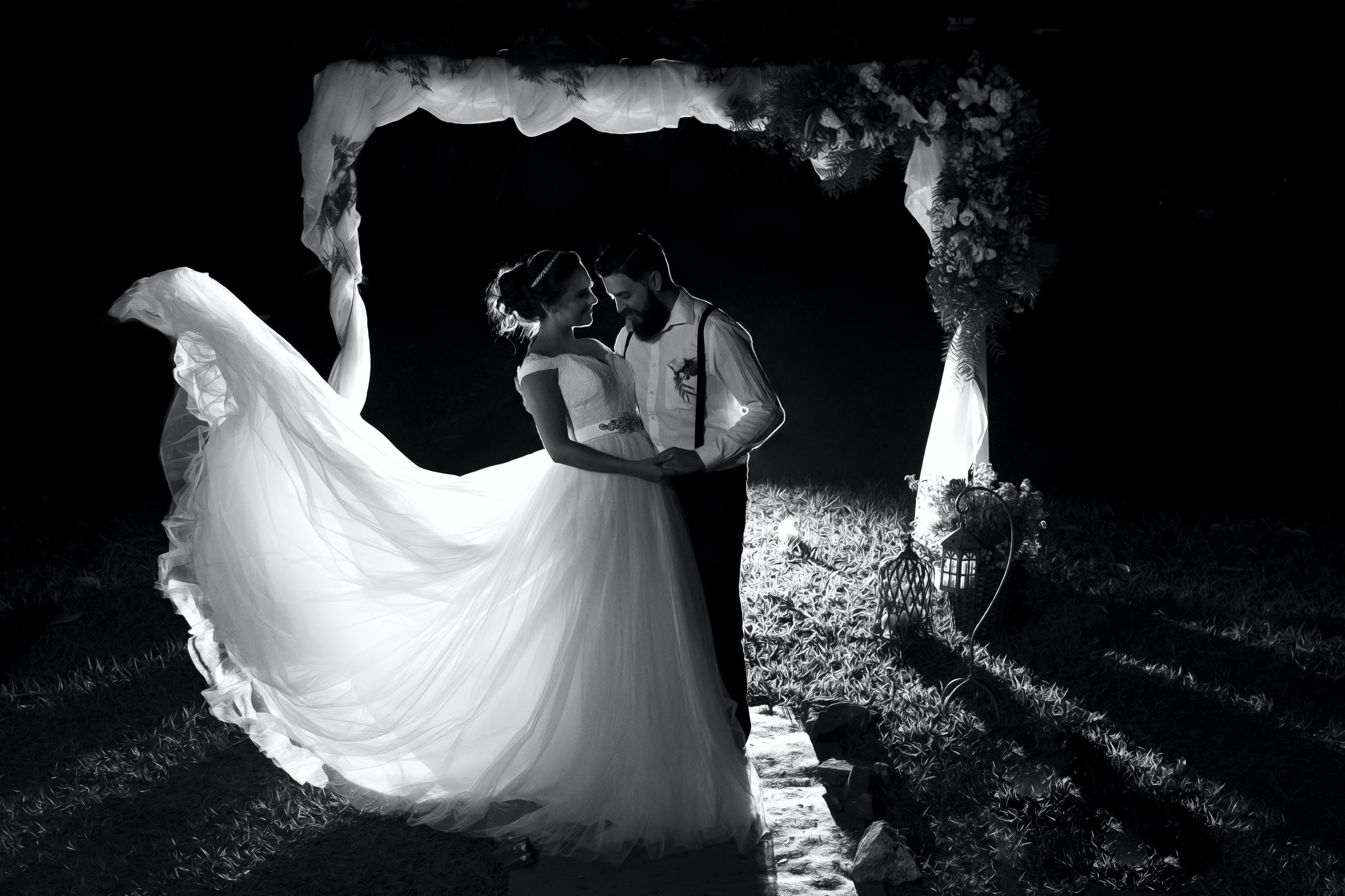 Kostenloses Stock Foto zu braut und bräutigam, bräutigam, draußen, dunkel