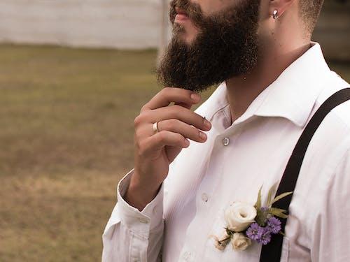 açık hava, adam, bıyık, çiçek içeren Ücretsiz stok fotoğraf