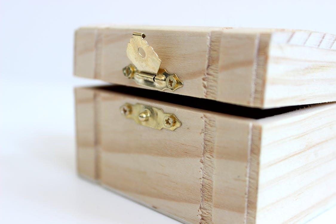 Boîte De Rangement En Bois Marron Sur Boîte Blanche
