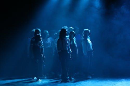 Бесплатное стоковое фото с группа, живое исполнение, синие огни