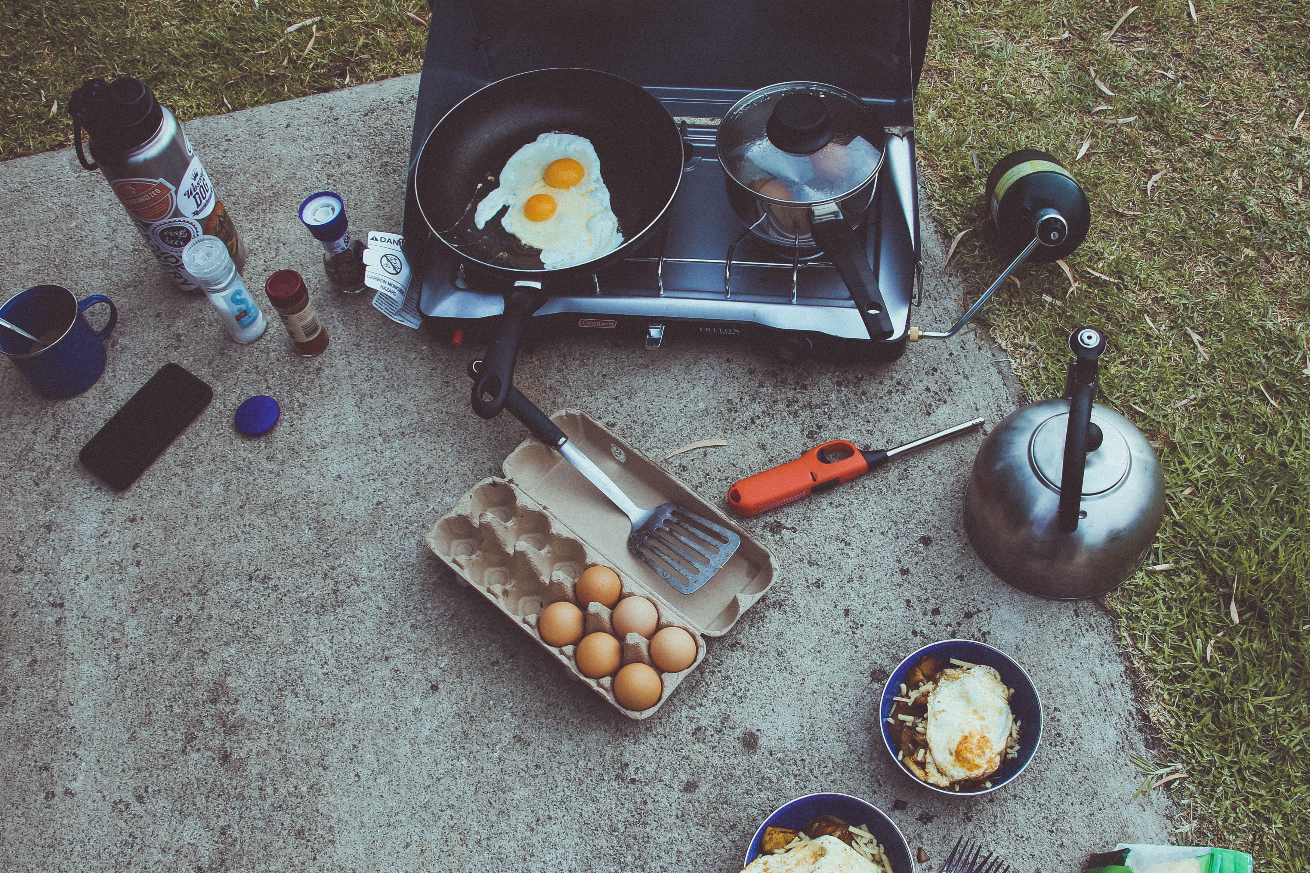 Gratis arkivbilde med camping, egg, frokost, kaffe